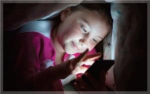 เล่นมือถือในที่มืด-แสงจากมือถือ